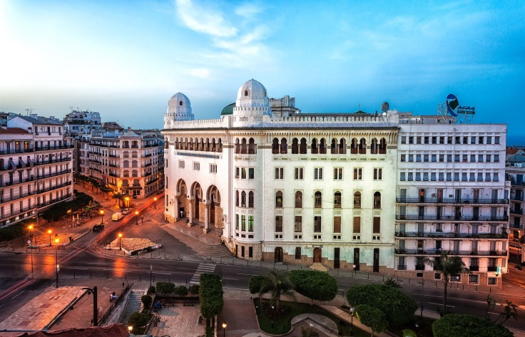 Architecture et édifices d'une rue du centre d'Alger