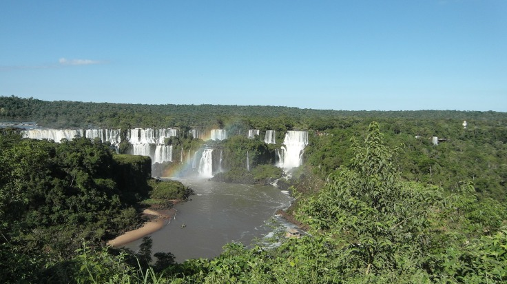 Arc-en-ciel au-dessus des chutes d'Iguazu en Argentine