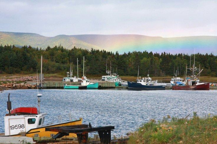 Arc-en-ciel au-dessus du port et des montagnes île du Cap Breton Nouvelle-Écosse