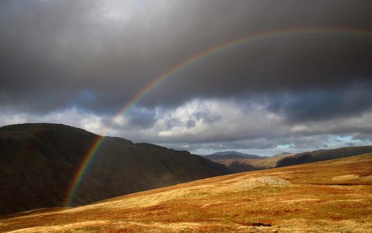 Arc-en-ciel au-dessus d'un champ et d'une montagne dans le Lake District en Angleterre