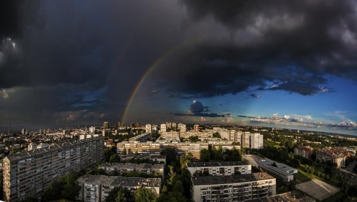 arc-en-ciel au-dessus de la ville de Zagreb en Croatie