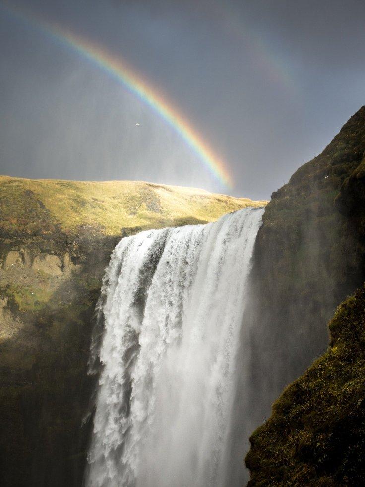 Arc-en-ciel au-dessus d'une chute en Islande