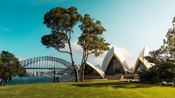 Opéra de Sydney et pont vus d'un parc Australie