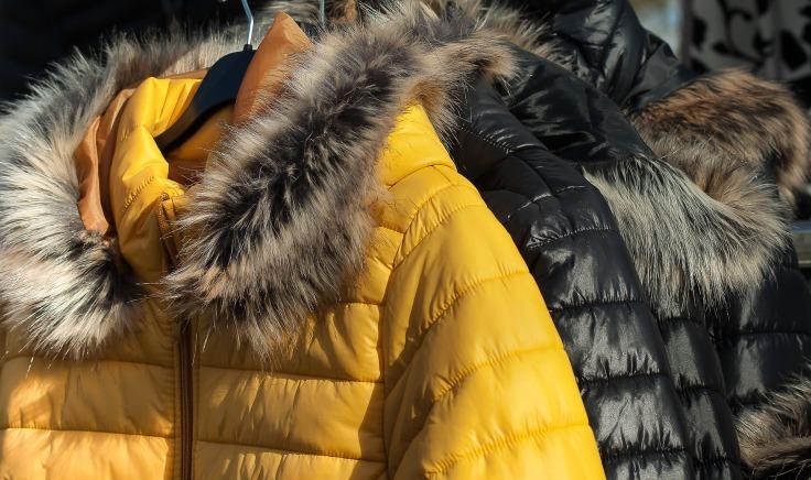 Manteau d'hiver sur des cintres