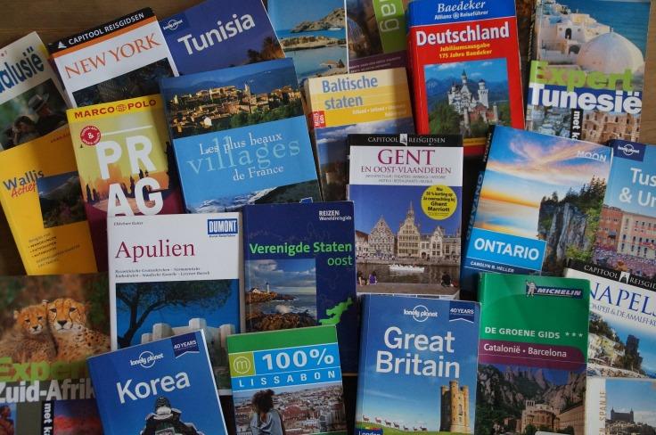 Piles de livres et de guides de voyage