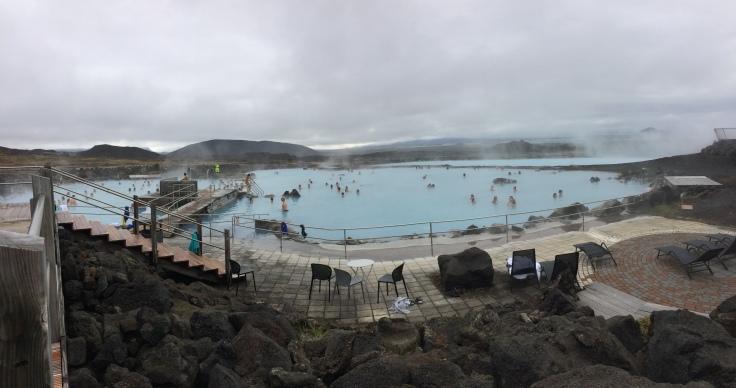 Lagon bleu poudre et montagnes noires volcaniques au Myvatn Nature Baths