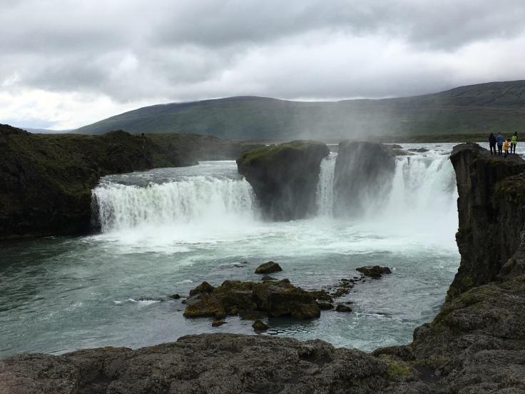 Chute d'eau de Godafoss et montagnes un jour nuageux