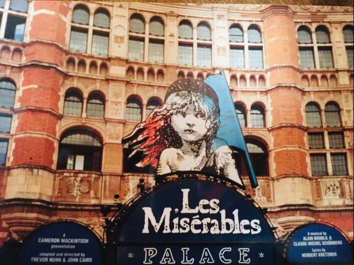 Façade du Palace Theatre à Londres présentant Les Misérables