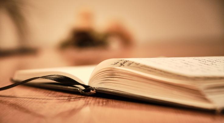 Journal intime posé sur une table