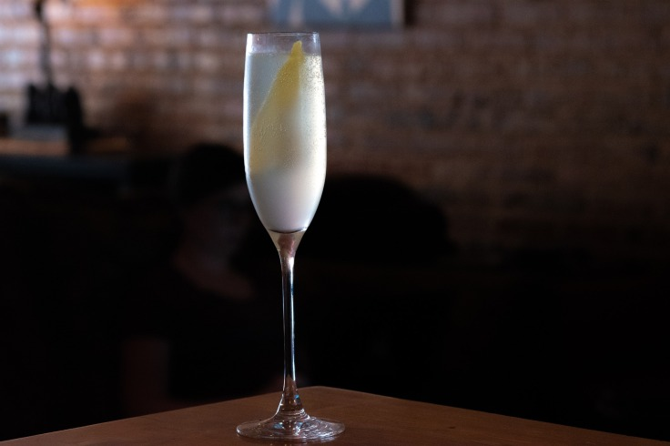 Cocktail French 75 sur une table