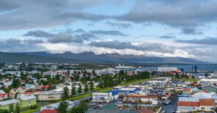 Vue des montagnes, du port et des maisons de la ville d'Akureyri