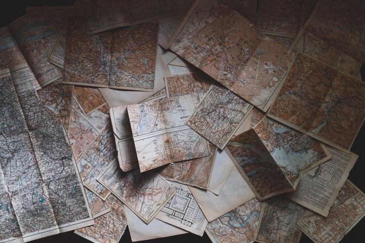 Pile de cartes géographiques style vintage