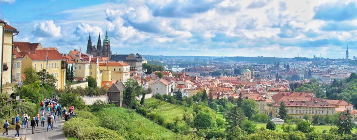Centre-ville de Prague maisons aux toits orangés et cathédrale avec touristes