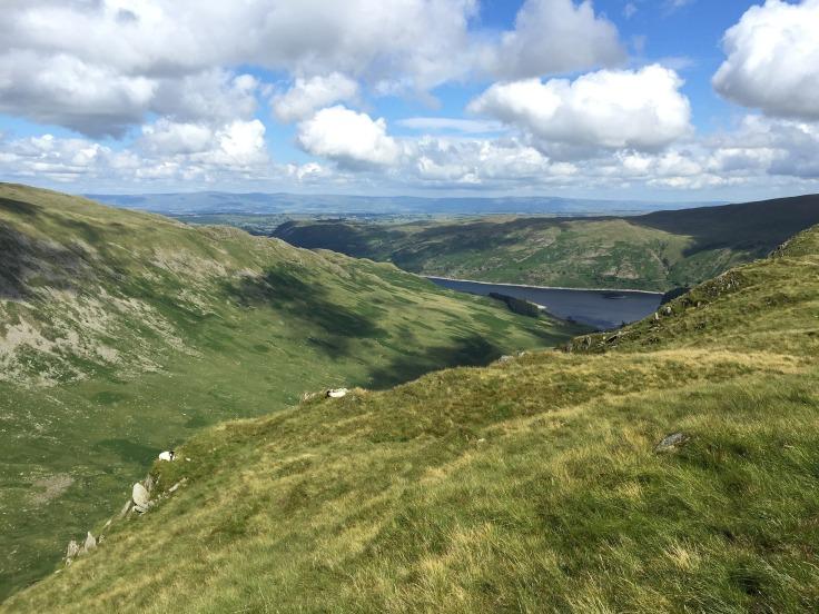 Vue sur les montagnes et un lac dans le Lake District en Angleterre, ciel nuageux