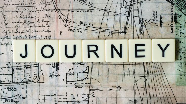 Mot journey et lettres de scrabble sur une carte géographique