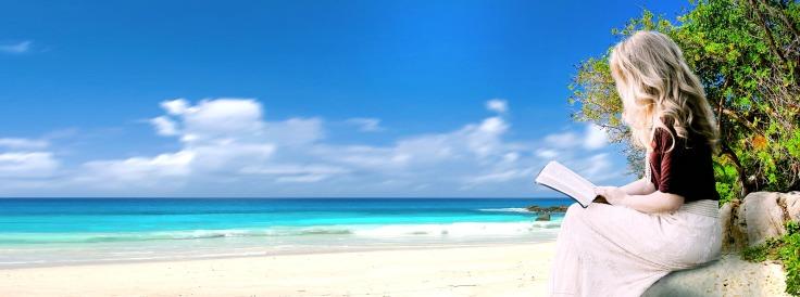 Femme lisant un livre assise sur un rocher face à une plage de sable blanc et la mer turquoise