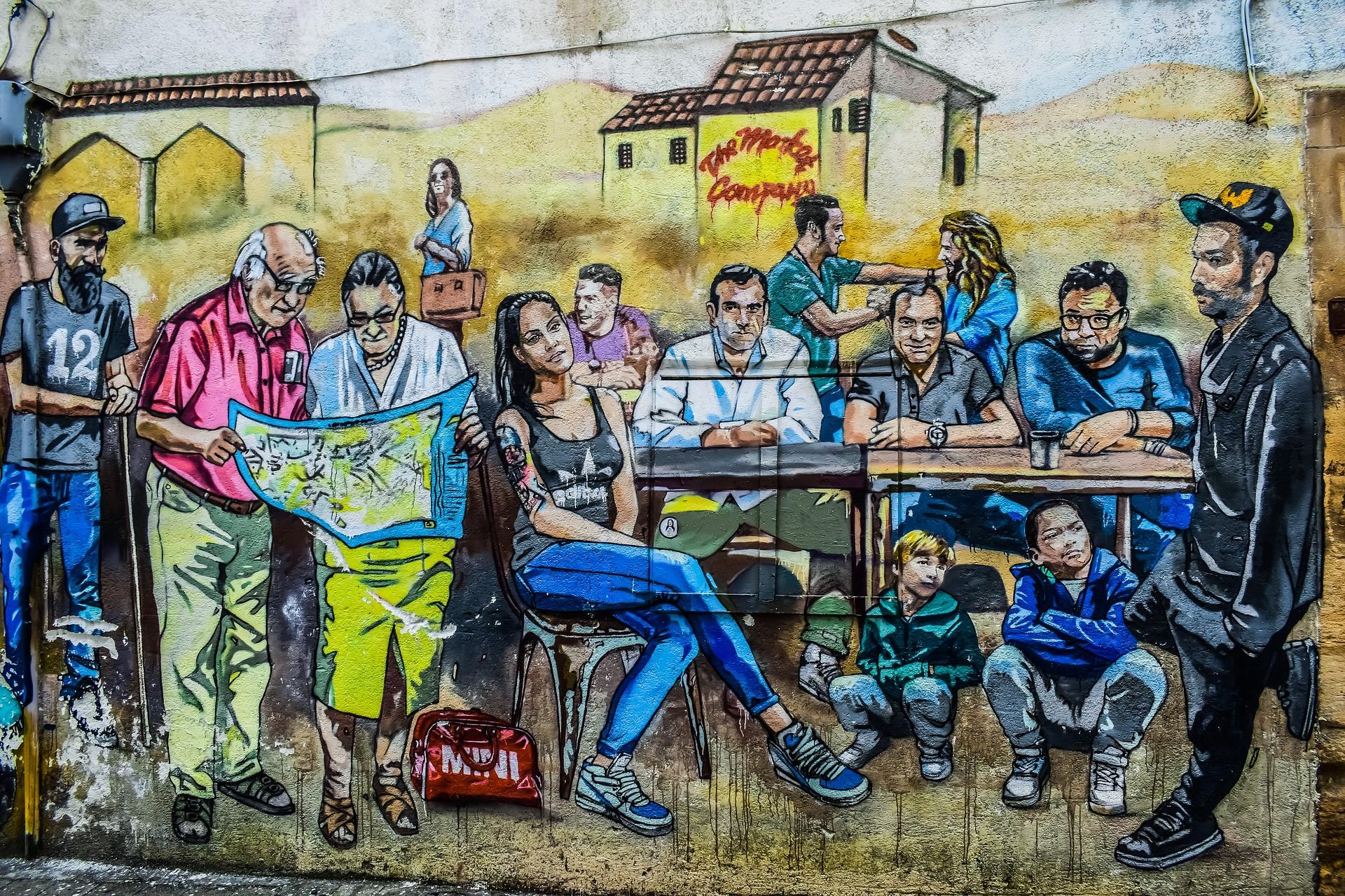 Murale de gens jeunes et vieux assis à une table et debout regardant une carte