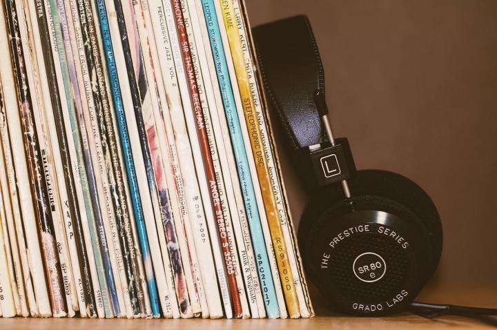 Écouteurs et disque vinyle