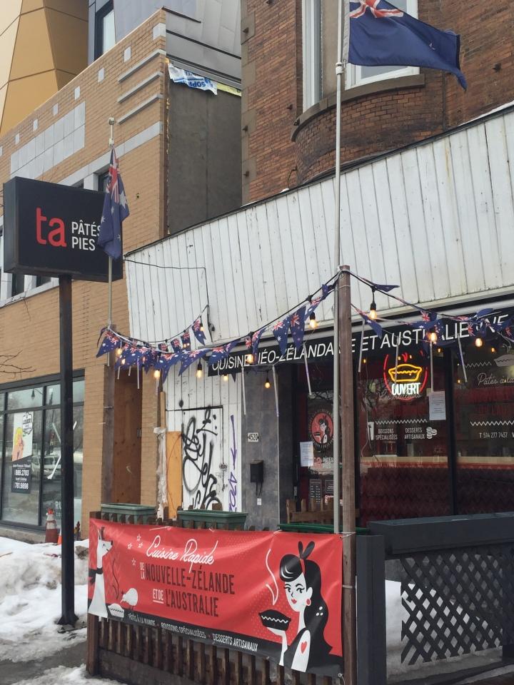 Devanture d'une boulangerie charcuterie avec drapeau et neige