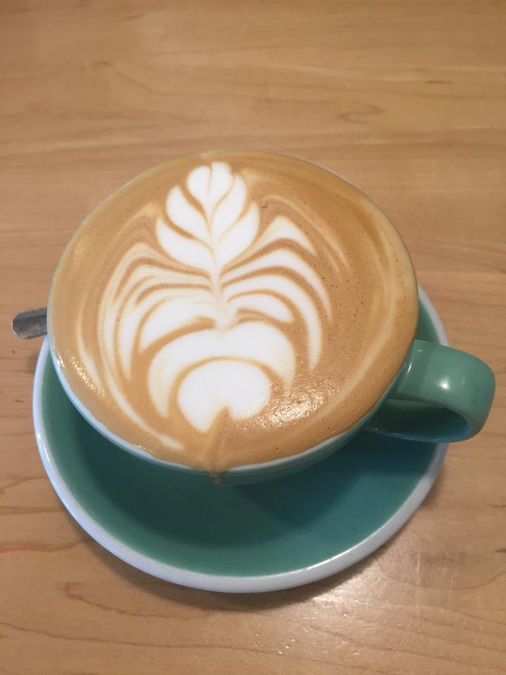 café latte dessin de fleurs mousse de lait