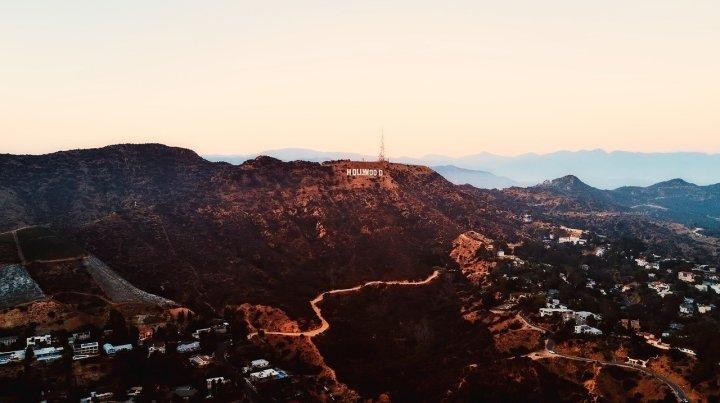 hollywood et vallée et montagnes et maisons