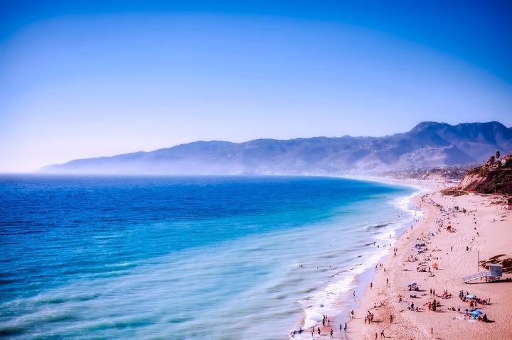 plage, mer, sable doré, montagnes