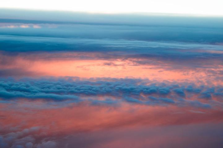 nuage-rose-et-blanc-avion