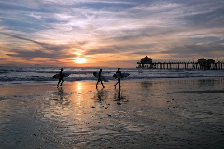 trois surfers, plages, pier, coucher de soleil