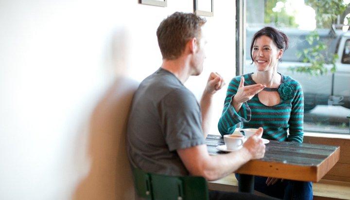 homme-et-femme-dans-un-café-assis-à-une-table