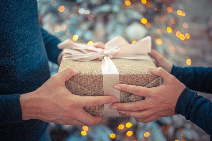 12 idées cadeaux pour voyageurs aussi utiles à lamaison