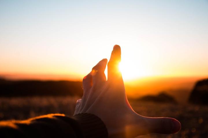 main-devant-le-soleil-couchant