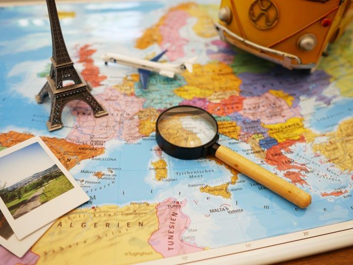 photos-carte-avion-et-loupe-sur-une-table
