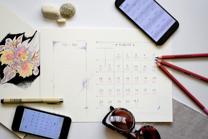 cellulaire-crayon-lunette-et-calendrier-sur-une-table