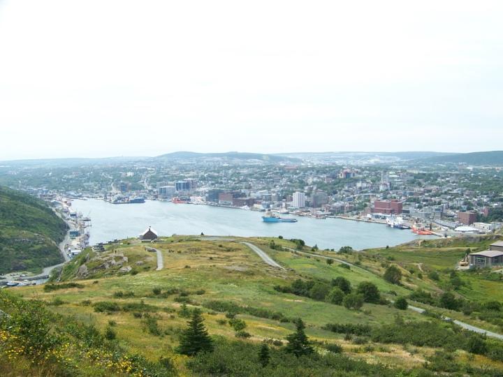 port-avec-bateaux-et-montagnes-et-collines