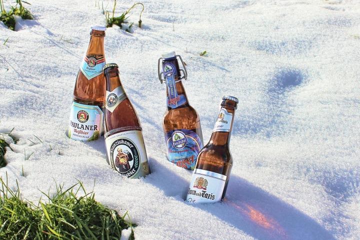 quatre-bouteilles-de-bière-dans-la-neige