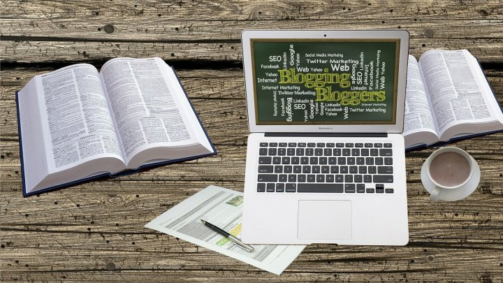 dictionnaire-café-portable-et-crayon-sur-une-table