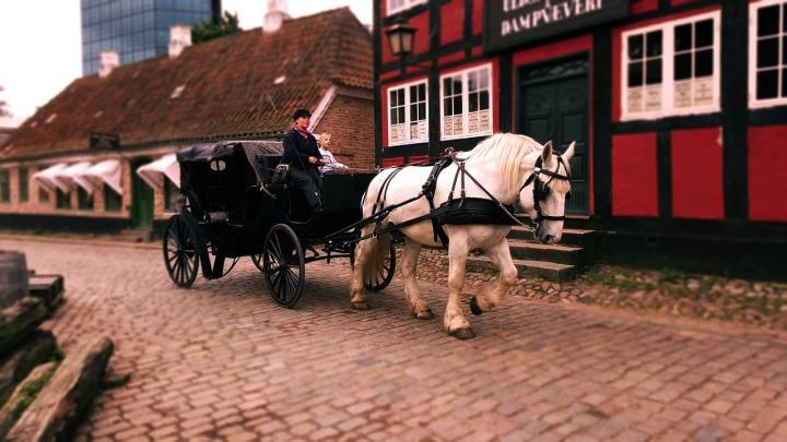 voiture-tirée-par-des-chevaux
