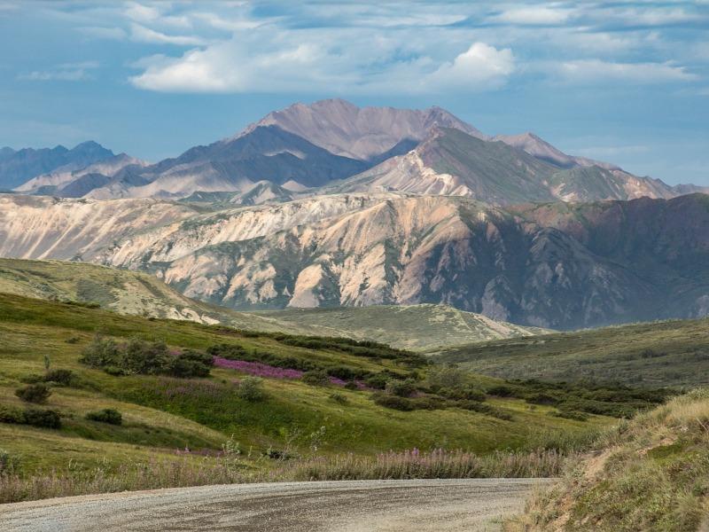 route-gravel-montagne-gazon-et-roches