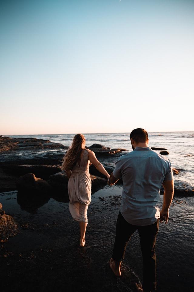 couple-sur-une-plage-pieds-nus-dans-l'eau