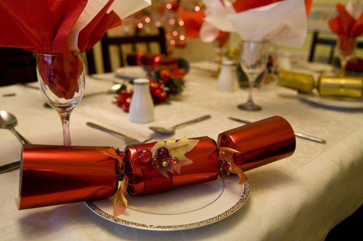 rouleau-rouge-et-doré-posé-sur-une-table-sur-une-assiette