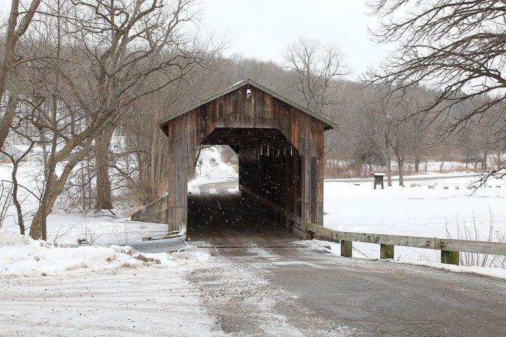 pont-couvert-hiver-dans-la-neige