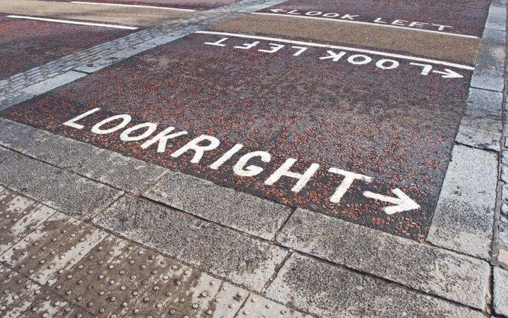 direction-pour-traverser-la-rue-look-right-look-left