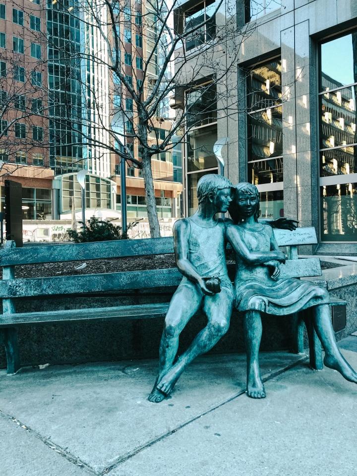 statue-de-cuivre-un-homme-et-une-femme-sur-un-banc