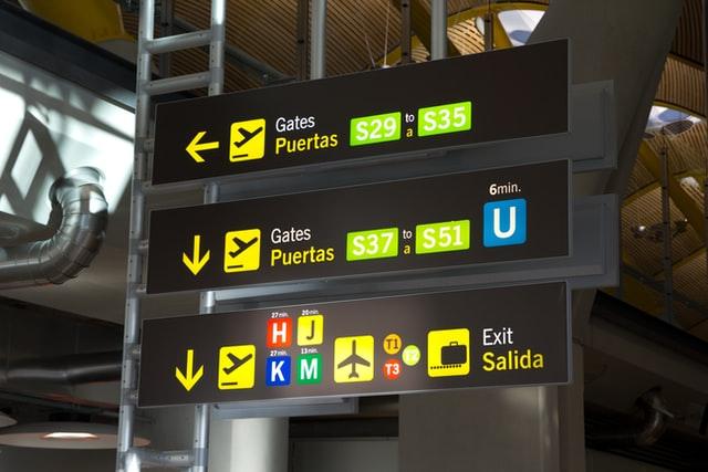 tableau-indiquant-les-portes-d'embarquement-à-l'aéroport