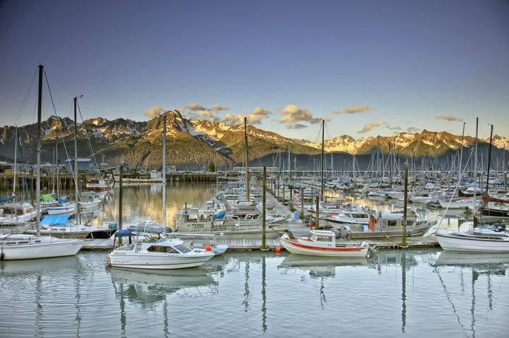port-de-seward-bateaux-et-voiliers-montagnes-alaska