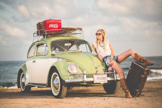 beetle-et-caisse-de-cocacola-sur-le-toit-avec-une-fille-appuyée-sur-le-capot