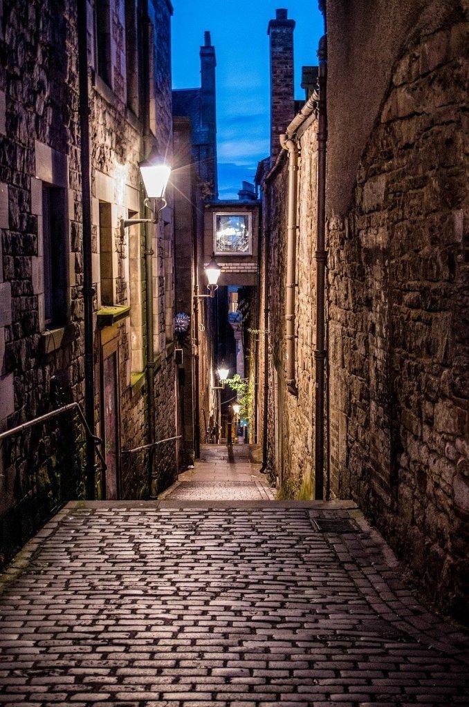 allée-couverte-de-dalles-dans-un-quartier-historique-la-nuit