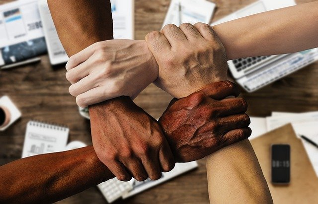 quatre-mains-les-unes-par-dessus-les-autres