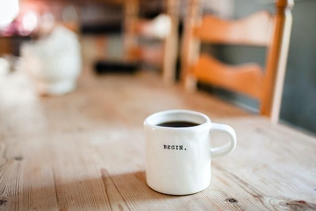 tasse-blanche-sur-une-table-en-bois