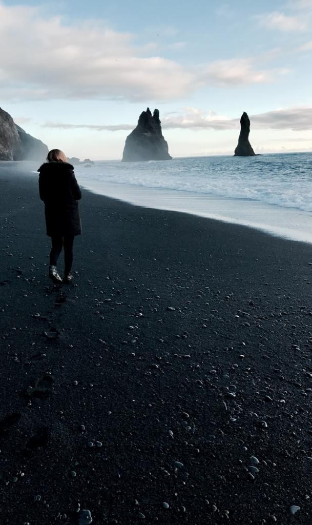 fille-sur-une-plage-de-sable-noir-et-bord-de-mer-islande